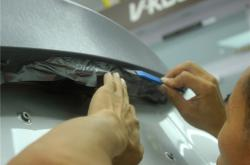 一个简单却有力的汽车改色贴膜技巧-令人很困窘!